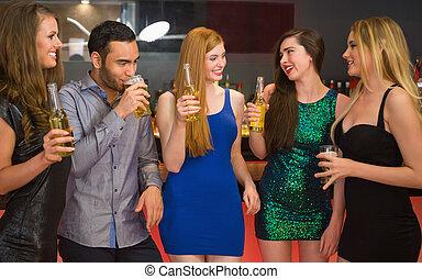 Hablando de amigos en un bar