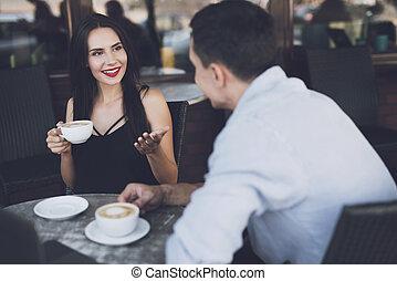 Hablar con un hombre en un restaurante