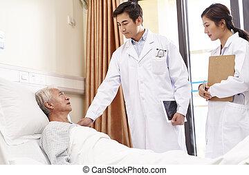 hablar, doctors, viejo, sala del hospital, asiático