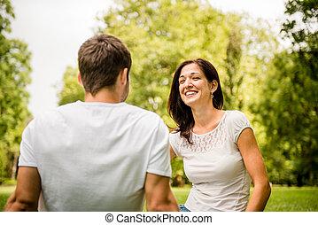 hablar, pareja, al aire libre, joven