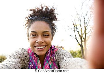 hablar, selfie, mujer, joven, sonriente