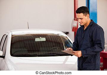 Haciendo la inspección inicial de un auto