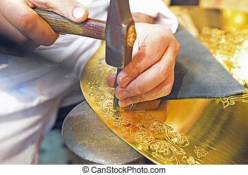 Haciendo manualidades arabicas antiguas