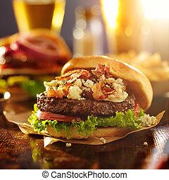 Hamburguesa gourmet con queso azul y tocino