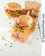 Hamburguesas de cuscús vegetarianas con ingredientes frescos