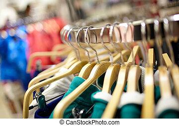 Hangers en la tienda de ropa.