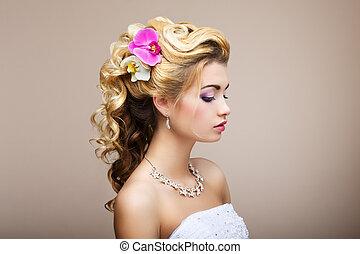 Harmony. Un placer. El perfil de la joven dama con joyas, pendientes y collar