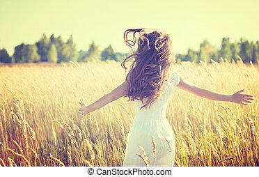 Hermosa adolescente al aire libre disfrutando de la naturaleza