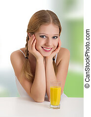 Hermosa chica alegre con jugo de naranja