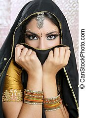 Hermosa chica asiática morena con velo negro en la cara
