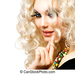 Hermosa chica con cabello rubio rizado aislado en blanco