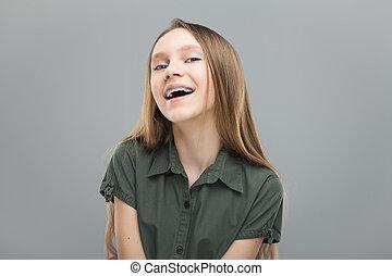 Hermosa chica con frenos riendo