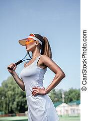 Hermosa chica con raqueta de tenis