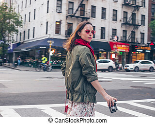 Hermosa chica con una cámara retro