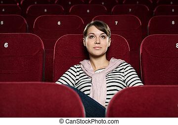 Hermosa chica en el cine