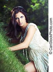Hermosa chica en la hierba