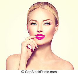 Hermosa chica modelo con cabello rubio