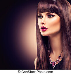 Hermosa chica morena con el pelo largo y saludable