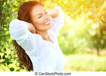 Hermosa joven al aire libre. Disfruta de la naturaleza