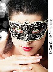 Hermosa joven con máscara de carnaval