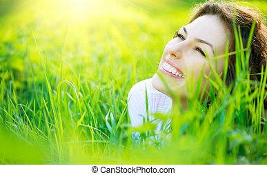 Hermosa joven de primavera afuera disfrutando de la naturaleza