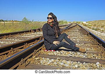 Hermosa joven esperando el tren