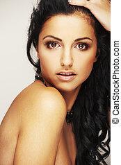 Hermosa modelo brunett en el estudio de fondo ligero