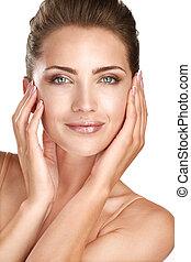 Hermosa modelo mostrando su perfecta cara de piel