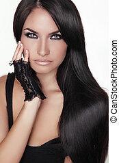 Hermosa morena. Cabello largo y saludable. Mujer modelo de belleza. Estilo de pelo. Chica Retrato aislada en un fondo blanco.