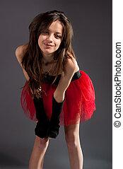 Hermosa morena con falda roja.