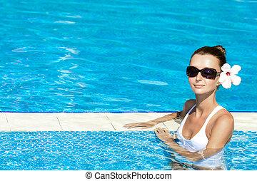 Hermosa morena en la piscina