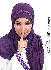 Hermosa mujer árabe pidiendo silencio con el dedo en los labios