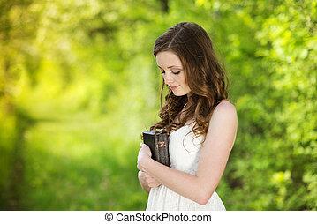 Hermosa mujer con biblia