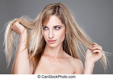 Hermosa mujer con el pelo largo y sucio