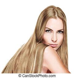 Hermosa mujer con el pelo rubio y recto