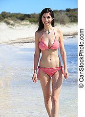 Hermosa mujer con forma de bikini