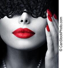 Hermosa mujer con una máscara de encaje negro sobre sus ojos