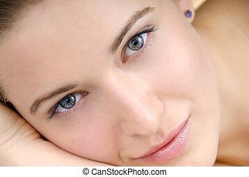 Hermosa mujer de piel