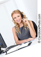 Hermosa mujer de servicio al cliente con auriculares
