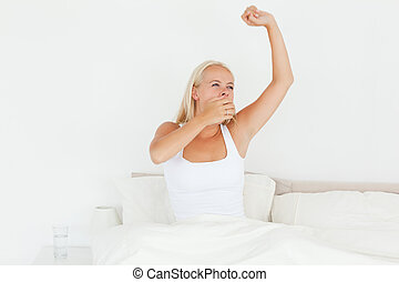 Hermosa mujer despertando