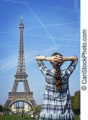 Hermosa mujer feliz antes de la torre de París Eiffel