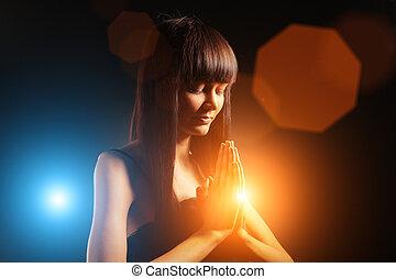 Hermosa mujer rezando