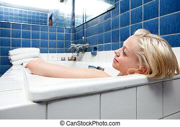 Hermosa mujer rubia en baño
