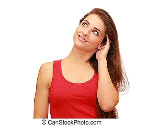 Hermosa mujer sonriente pensando y mirando hacia arriba aislada en el fondo blanco