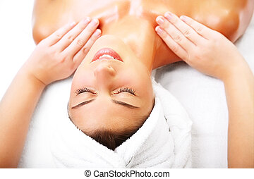 Hermosa mujer sonriente recibiendo un masaje.