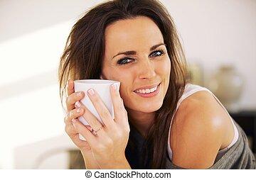 Hermosa mujer sosteniendo una taza