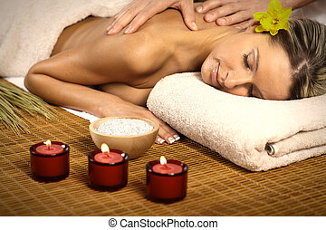 Hermosa mujer teniendo masajes.