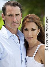Hermosa pareja exitosa de hombres y mujeres de mediana edad