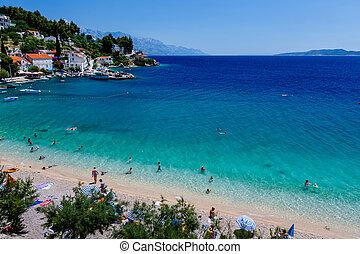 Hermosa playa adriático y laguna con agua turquesa cerca de dividirse