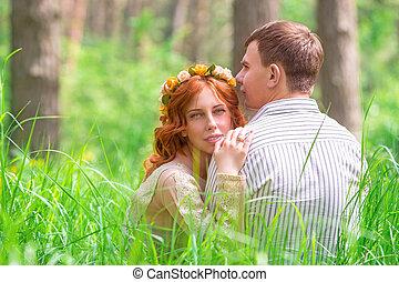 Hermosas amantes en el bosque